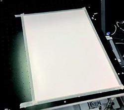 使用美纹胶带将磁片固定住